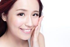 Piękno kobieta z powabnym uśmiechem Zdjęcia Royalty Free