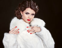 Piękno mody modela dziewczyna w białym futerkowym żakiecie Piękni luksusów Wi Zdjęcie Royalty Free