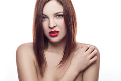 Piękno portret piękna rozochocona świeża kobieta z czerwonymi wargami i brown włosianym stylem (30-40 rok) pojedynczy białe tło Fotografia Stock