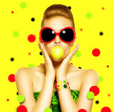 Piękno wzorcowa dziewczyna jest ubranym okulary przeciwsłonecznych Zdjęcia Stock