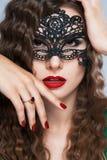 Piękno wzorcowa kobieta jest ubranym venetian maskaradową karnawał maskę przy przyjęciem nad wakacje Zdjęcie Royalty Free