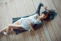 Piękny beztroski młody przypadkowy kobiety lying on the beach na drewnianej podłoga Obrazy Stock