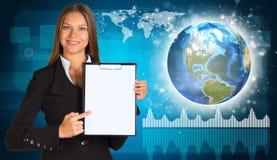 Piękny bizneswoman w kostiumu mienia papierze Fotografia Stock