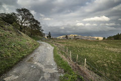 Piękny Jeziorny okręgu krajobraz wzgórza i doliny na burzowym Obraz Royalty Free