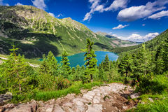 Piękny jezioro po środku gór przy latem Zdjęcia Stock