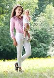 Piękny kobiety mienia dziecko w parku Obrazy Royalty Free