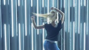 Piękny młoda kobieta taniec w klubie nocnym, słucha muzyka przez hełmofonów swobodny ruch zbiory