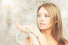 Piękny moda model w królewskim wnętrzu Zdjęcie Royalty Free