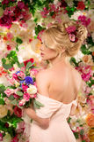 piękny model mody panna młoda zmysłowa Kobieta z ślubną suknią Zdjęcia Stock