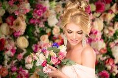 piękny model mody panna młoda zmysłowa Kobieta z ślubną suknią Zdjęcie Royalty Free