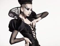 Piękny model pozuje jako szachowa królowa - fantazja makijaż Zdjęcia Royalty Free