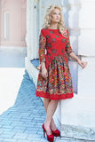 Piękny młody blondynki kobiety odprowadzenie wokoło miasto ulic Ou Zdjęcia Royalty Free