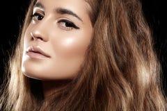 Piękny tomowy błyszczący włosy, makijaż. Moda modela twarz Zdjęcia Royalty Free