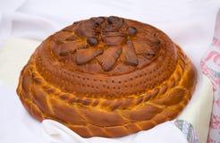 Piękny tort na białym ręczniku. Sprzedający przy jarmarkiem. Zdjęcia Royalty Free