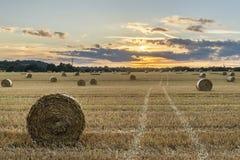 Piękny wieś krajobrazu wizerunek siano bele w lata fie Fotografia Royalty Free