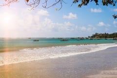 Piękny wschód słońca, tropikalna plaża, turkusowa ocean woda Zdjęcie Stock