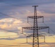 Pilão bonde de alta tensão da energia da torre da transmissão Fotos de Stock Royalty Free