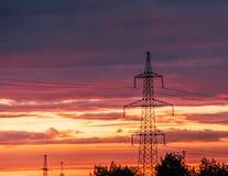 Pilão bonde de alta tensão da energia da torre da transmissão imagem de stock