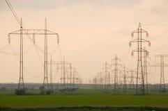 Pilão da eletricidade com cabos fotografia de stock royalty free