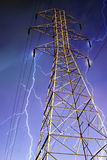 Pilão da eletricidade com relâmpago no fundo. Imagens de Stock