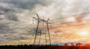 Pilão da eletricidade - torre aérea da transmissão da linha elétrica Fotografia de Stock