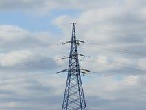 Pilão da eletricidade, torre elétrica da transmissão, contra o céu azul Torre da energia foto de stock