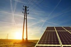 Pilão da transmissão da eletricidade com painel solar imagens de stock