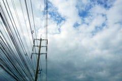 Pilão de alta tensão da eletricidade e céu azul branco imagens de stock royalty free