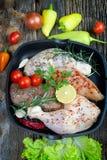 Pilão de galinha cru e peito de frango cru Fotografia de Stock Royalty Free