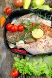 Pilão de galinha cru e peito de frango cru com especiarias Foto de Stock Royalty Free