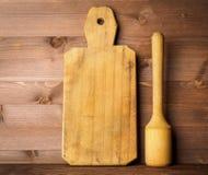 Pilão de madeira e placa de corte velha rústica em de madeira escuro marrom fotos de stock royalty free