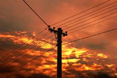 Pilão e fios da energia elétrica foto de stock
