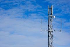 Pilão móvel do sinal no fundo do céu levemente nebuloso Foto de Stock