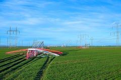 Pilón caido de la electricidad Transmisiones o torres de poder inusitadas tomadas abajo de la central nuclear cercana debido a la foto de archivo