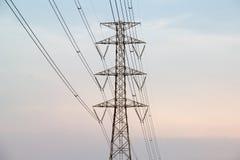 Pilón de alto voltaje de la electricidad fotos de archivo