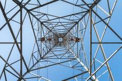 Pilón de la electricidad con el cielo azul fotos de archivo