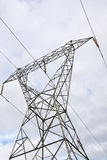 Pilón de la electricidad con las nubes Fotos de archivo libres de regalías