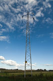 Pilón de la electricidad contra el cielo azul Foto de archivo