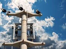 Pilón de la electricidad contra un cielo azul Foto de archivo libre de regalías