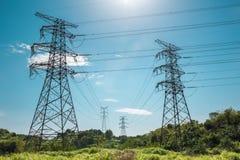 Pilón de la electricidad contra un cielo azul fotografía de archivo
