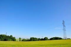 Pilón de la electricidad en cielo azul Fotografía de archivo