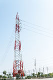 Pilón de la electricidad en el estado industrial para la fuente arriba eléctrica Imagen de archivo libre de regalías