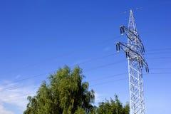 Pilón de la electricidad y un cielo azul hermoso Imagen de archivo libre de regalías