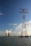 Pilón de la energía con la central eléctrica nulcear Imágenes de archivo libres de regalías