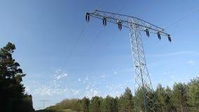 Pilón de la red eléctrica en el bosque almacen de metraje de vídeo