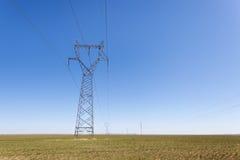 Pilón de la transmisión de la electricidad en pradera imágenes de archivo libres de regalías