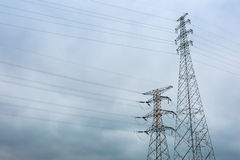 Pilón de la transmisión del alto voltaje dos fotografía de archivo