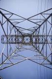 Pilón eléctrico contra el cielo azul Fotos de archivo libres de regalías