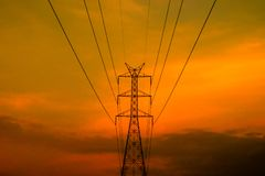 Pilón eléctrico de alto voltaje con el cielo de la puesta del sol fotos de archivo libres de regalías