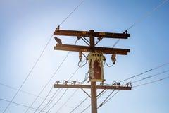 Pilón eléctrico de alto voltaje de madera viejo imagen de archivo